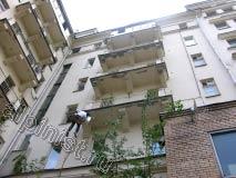Сейчас Вы видите нашего промышленного альпиниста, который работает с плитой нижнего балкона, на фотографии видно, что два верхних балкона уже отремонтированы, бухтящая штукатурка отбита, а углы и боковые части балконной плиты оштукатурены