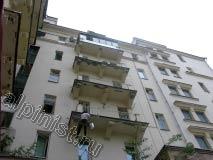 После того, как плиты балконов были отремонтированы, и штукатурный раствор высох, наш промышленный альпинист стал готовить балконы к покраске, сейчас он грунтует валиком балконные плиты