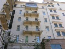 Применяя технику промышленного альпинизма, наши специалисты отремонтировали три балконные плиты на фасаде во внутреннем дворе. Бухтящую штукатурку отбили, заштукатурили, расшили и зашпатлевали трещины, загрунтовали и покрасили плиты балконов