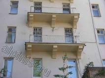 Это фото отремонтированных балконов на фасаде внутреннего двора. Наши промышленные альпинисты отбили бухтящую штукатурку, заштукатурили, зашпаклевали и покрасили балконные плиты