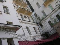 Так стал выглядеть балкон после аварийного ремонта, применяя технику промышленного альпинизма, наши специалисты расшили и  зашпаклевали трещины на поверхности балконной плиты, оштукатурили и покрасили ее