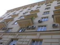 Вы видите фасад 8-ми этажного здания, на котором наша компания проводила ремонт балконов. Применяя технику промышленного альпинизма, наши специалисты предотвратили дальнейшее разрушение балконов, для этого отбили бухтящую штукатурку, расшили и зашпаклевали трещины, загрунтовали и покрасили поверхность балконных плит