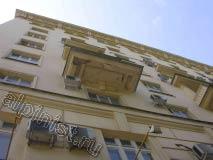 Это фото балкона с другой стороны фасадной части, вы видите облезшую краску, а по всей поверхности плиты трещины