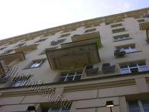 Это еще одна фото балконной плиты с фасадной стороны, так выглядел балкон до ремонта, нашим альпинистам предстоит оштукатурить, расшить и зашпаклевать трещины, и покрасить поверхность плиты балкона