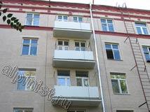 Так стал выглядеть фасад на Банном переулке после его ремонта, наши специалисты восстановили плиты балконов, провели монтаж балконных ограждений, заменили водостоки и покрасили фасад в два колерованных цвета