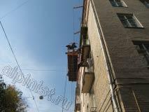 Сейчас наши специалисты оштукатуривают нижнюю часть балконной плиты, в этой части фасада три балкона, верхний балкон мы уже отремонтировали