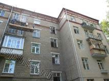 На фото видна часть отремонтированного фасада, т. е. оштукатурены и покрашены балконные плиты, покрашены откосы, оконные рамы и поверхность фасада