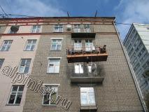 В этой части фасада наши специалисты восстановили балконные плиты, используя строительную люльку, а промышленные альпинисты с веревок окрасили  часть поверхности фасада