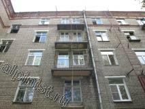 На фото показаны балконы, нижние и боковые части которых отремонтированы и оштукатурены нашими специалистами, для восстановления балконных плит на данном объекте мы использовали строительную люльку