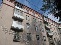На этом фото практически закончены работы по ремонту фасада, восстановлены и отремонтированы плиты балконов, изготовлены и смонтированы балконные ограждения,  заменены водостоки и фасад покрашен в 2 цвета