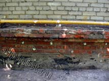 На этом фото показана часть цоколя, которую подготовили к оштукатуриванию наши специалисты, набили специальную сетку, используя крепежные элементы.