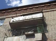 Еще один балкон, который начал рассыпаться, по периметру балконной плиты остался только металлический каркас, нижняя часть плиты сильно разрушена, с боковых частей плиты балкона штукатурка давно отвалилась.