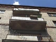 Еще одно фото балконов, посмотрите, в каком состоянии они сейчас находятся, бетонное основание балконных плит разрушилось, остался только металлический каркас.