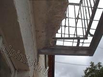 А этот балкон, казалось бы, ничего не спасет, разрушен практически до основания, остался один только металлический каркас и арматура.
