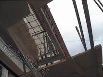 На данном фото видно, что мы установили секцию строительных лесов по стояку балконов, начиная с самого разрушенного балкона на последнем этаже, наши специалисты начнут восстанавливать плиты балконов.