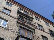 В данной части фасада плиты двух верхних балконов разрушились до основания, видны одни только металлические каркасы с арматурой, бетон основания плит полностью рассыпался.