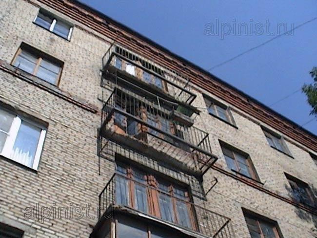 Плиты двух верхних балконов разрушились до основания, зримы .