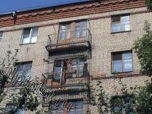 Еще одно фото двух верхних балконов, которые разрушились до основания, остались только металлические каркасы и арматура, бетон основания плит полностью разрушен.