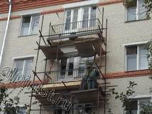 Для восстановления балконных плит наши специалисты монтируют опалубку по периметру балконной плиты из досок, после чего мы будем заливать в нее бетонный раствор со специальными восстанавливающими присадками.