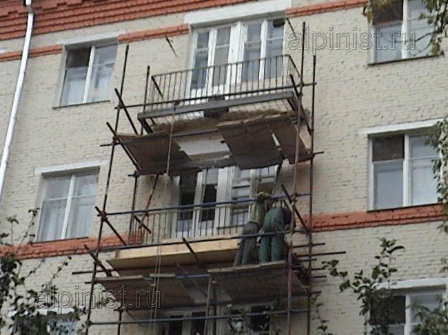 Специалисты монтируют опалубку по периметру балконной плиты,.