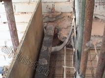 На этом фото видно, как наши специалисты закрепили к нижней и боковым частям балконной плиты листы фанеры, которые станут опалубкой. После этого мы будем заливать туда бетонный раствор со специальными присадками.