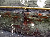 Наши специалисты зачистили кирпичную стену от старого раствора и рассыпающегося кирпича в кладке, и набили специальную сетку для штукатурных работ.
