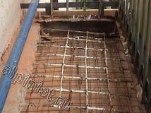 К боковым и нижней части плиты балкона мы закрепили толстую фанеру, которая будет опалубкой для восстановления балконной плиты. После этого мы зальем в нее бетонный раствор со специальными восстанавливающими присадками.