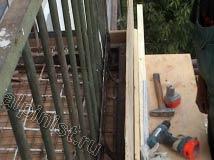 Используя доски, листы фанеры, и строительные инструменты, такие как шуруповерт, молоток и крепежные саморезы наши мастера установили опалубку по периметру и нижней части балконной плиты.