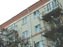 После того, как балконные плиты были полностью восстановлены и оштукатурены выравнивающим слоем,  наши специалисты установили отливы по периметру в верхней части балконной плиты.
