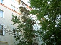 В данной части фасада здания по стояку аварийных балконов установлены строительные леса, с которых ведутся ремонтные работы по восстановлению и ремонту  балконных плит.