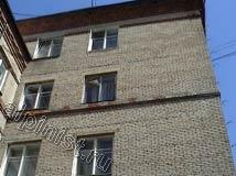 На фото показан фасад здания до начала ремонта, на углу дома наши специалисты, применяя технику промышленного альпинизма, демонтировали по стояку старые водосточные трубы, сейчас видны старые водосточные ухваты, которые мы будем менять на новые.