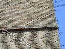 Это фасад здания до начала ремонта, на углу дома наши специалисты, применяя технику промышленного альпинизма, демонтировали старые водосточные трубы, сейчас видны старые водосточные скобы, которые мы будем менять на новые.