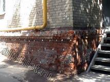 В данной части фасада виден подготовленный цоколь к штукатурным работам, наши специалисты зачистили эту часть фасада от рассыпающейся расшивки между кирпичами и старого штукатурного раствора.
