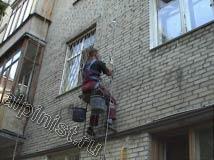 В данный момент наш промышленный альпинист проводит монтаж водосточных ухватов по водосточному стояку на фасаде здания. После того как водосточные скобы будут закреплены, мы проведем монтаж водосточных труб.