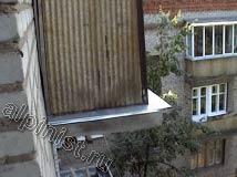 После восстановления балконных плит наши специалисты установили на каждый балкон оцинкованные отливы, которые предотвращают проникновение воды в основание плиты балкона.
