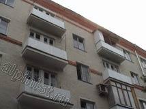 На этом фото видно, как стал выглядеть фасад здания после ремонта, все балконные плиты восстановлены, на плиты балконов установлены отливы и смонтированы ограждения из профлиста.