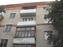 На этом фото показана часть фасада после проведения ремонтных работ, наши специалисты восстановили плиты балконов, установили ограждения и отливы на балконные плиты.