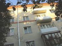Наши специалисты покрасили поверхность фасада, установили водосточные трубы по стоякам, отремонтировали балконные плиты и смонтировали ограждения на балконах из профлиста.