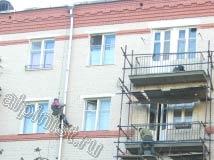 На этом фото видно, что большая часть ремонтно-строительных работ завершена, наши специалисты восстановили балконные плиты, покрасили поверхность фасада, и провели монтаж водосточных труб.