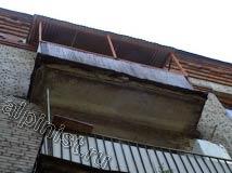 Это фото одного из балконов на 5-ти этажном жилом доме, в котором мы проводили фасадные работы. Видно, что балконная плита по периметру начала разрушаться, углы уже практически отвалились.