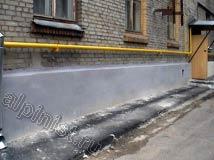 В данной части фасада наши специалисты отремонтировали цоколь здания, оштукатурили его по сетке и покрасили фасадной краской.