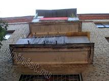 Еще одно фото балконов на 5-ти этажном доме, где мы проводили ремонт фасада. Видно, как плита балкона в нижней части разрушается до такой степени, что уже виден металлический каркас.