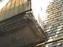 На данном фото хорошо видно состояние балкона,  нижняя и боковые части балконной плиты сильно разрушились, куски штукатурки отвалились, уже видно арматуру.
