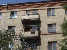 Сейчас Вы видите в каком состоянии находился фасад 5-ти этажного здания, балконные плиты разрушаются, водосток с левой стороны отсутствует, краска с поверхности фасада облезла.