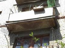 А данный балкон практически рассыпался, по периметру балконной плиты остался только металлический каркас, нижняя часть плиты сильно разрушилась, боковых частей плиты балкона уже не осталось.