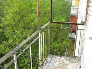 На фотографии показан балкон, на котором мы уже демонтировали оконные рамы со стеклами и балконные ограждения, закрепленные снаружи