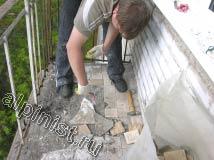 В этот момент, наш специалист отбивает плитку на полу балкона с помощью молотка и лома