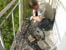 После демонтажа керамической плитки с пола, мы начинаем отбивать старую стяжку, используя лом и молоток