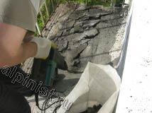 В данный момент, наш мастер отбойным молотком отбивает слой асфальта с балконной плиты
