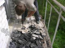 На фотографии, видно какие куски покрытия пола на балконе отбивает наш мастер отбойным молотком